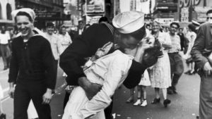 alfried_eisenstaedt_wwii_era_photograph_of_greta_friedman_being_kissed_by_george_mendonza